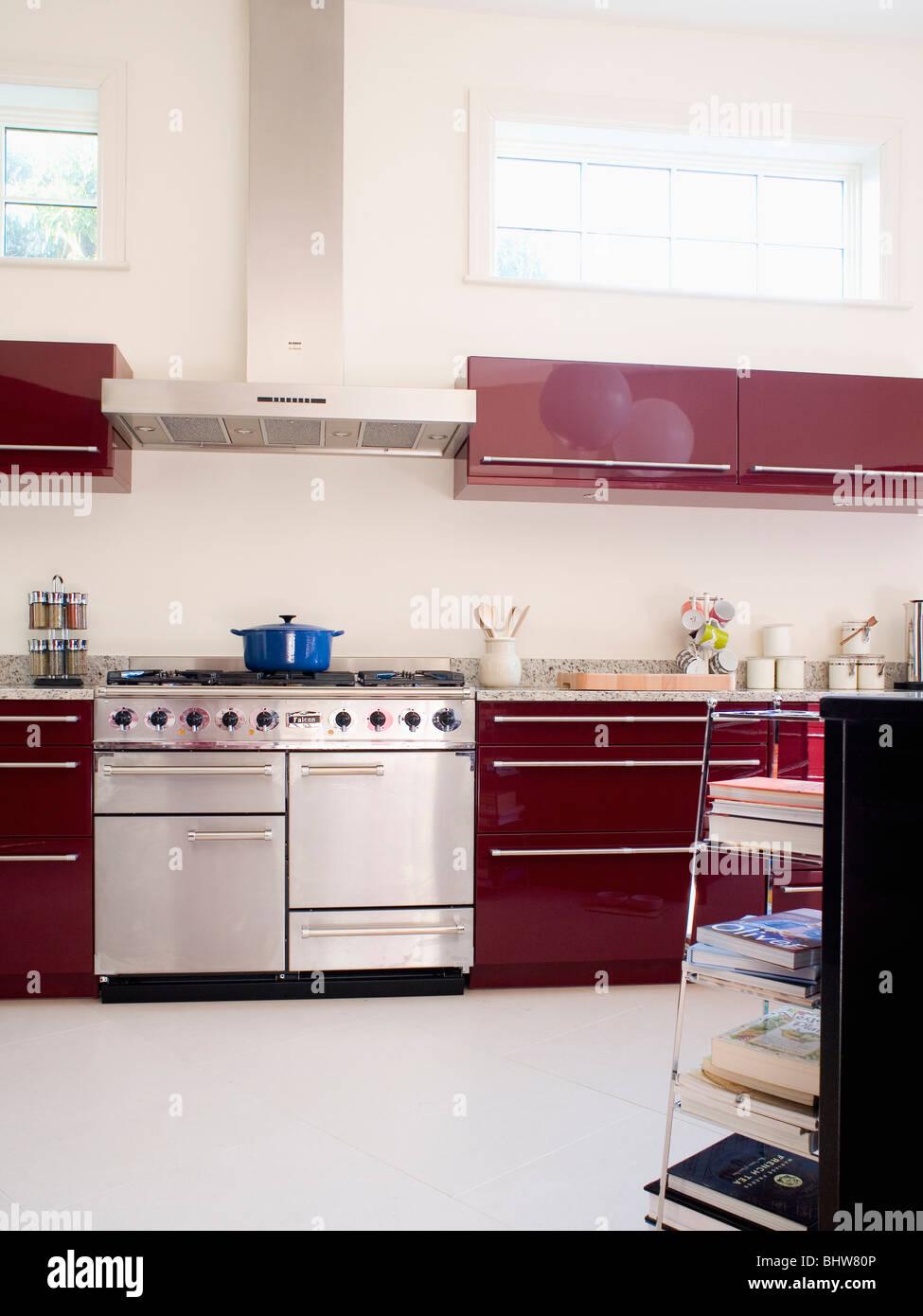 Edelstahl Herd In Moderne Küche Mit Weißer Bodenbelag Und Dunkle Rote Wand  Schränke