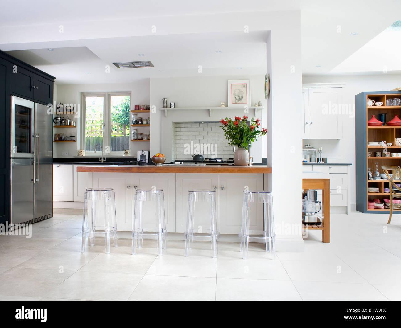 Hocker Plexiglas an Frühstücksbar in große, moderne weiße ...