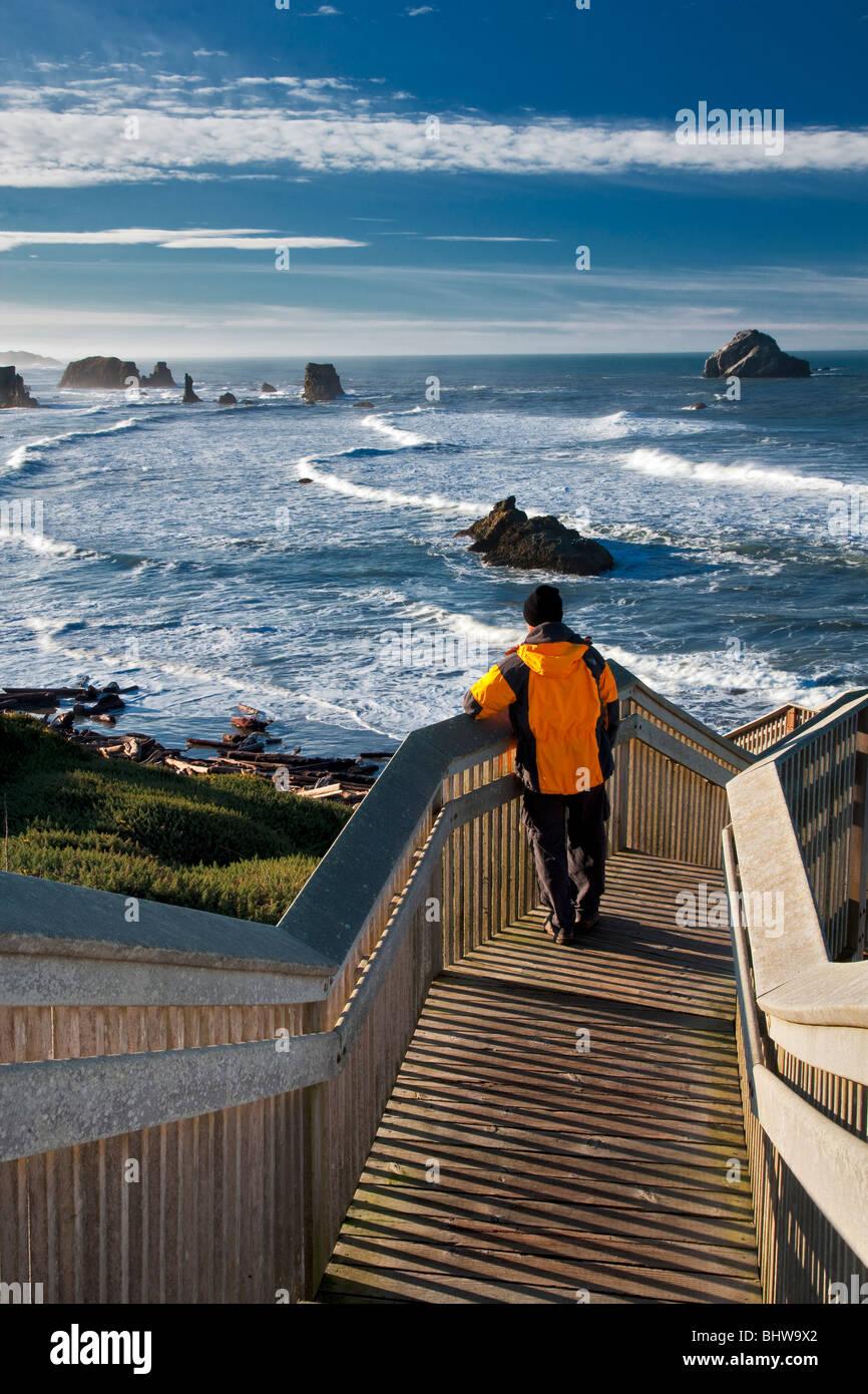 Touristischen anzeigen Ozean auf der Treppe zum Strand in Bandon, Oregon. Stockbild