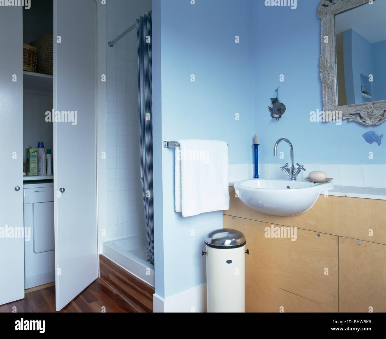 Dusche Schrank Neben Hohen Schrank In Blau Badezimmer Mit Chrom Und