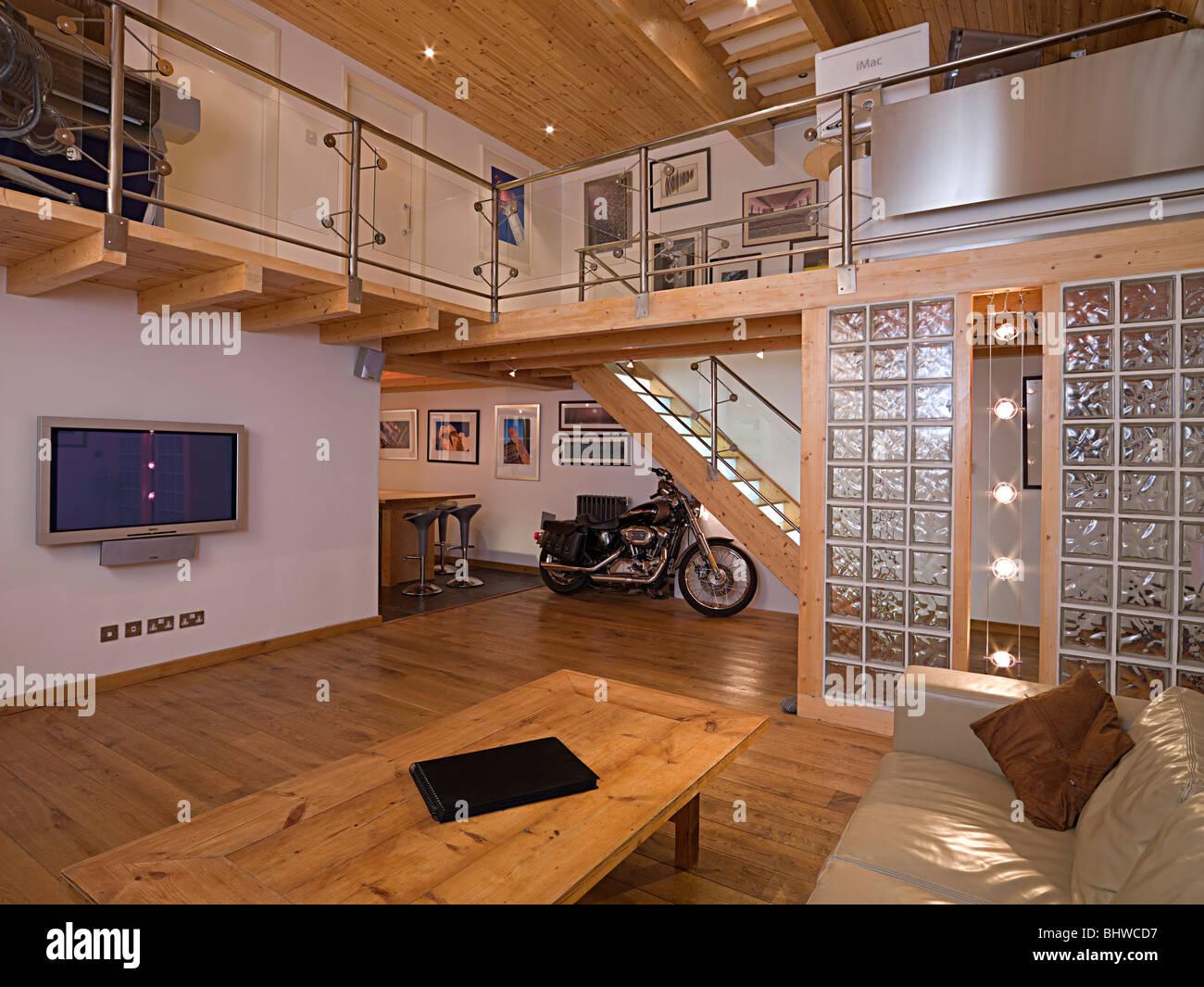 Moderne zeitgenössische Wohnzimmer mit Mezzanine Balkon und Harley ...