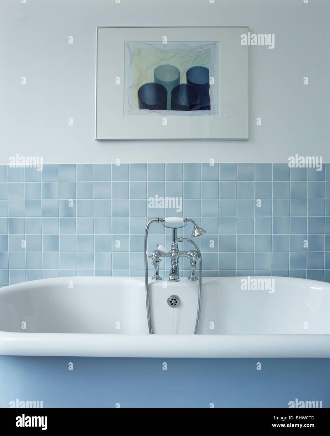 Bild an Wand über Roll-Top Bad in Pastellblau geflieste Badezimmer ...