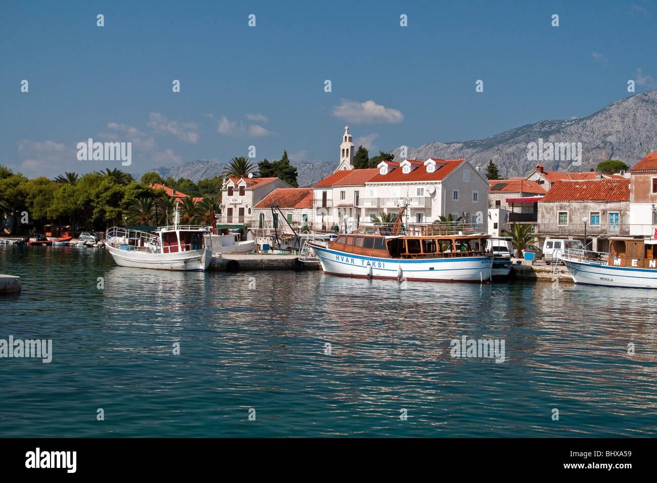 Kleinen Hafen von Stari Grad mit Kirche, Hvar, Kroatien Stockbild