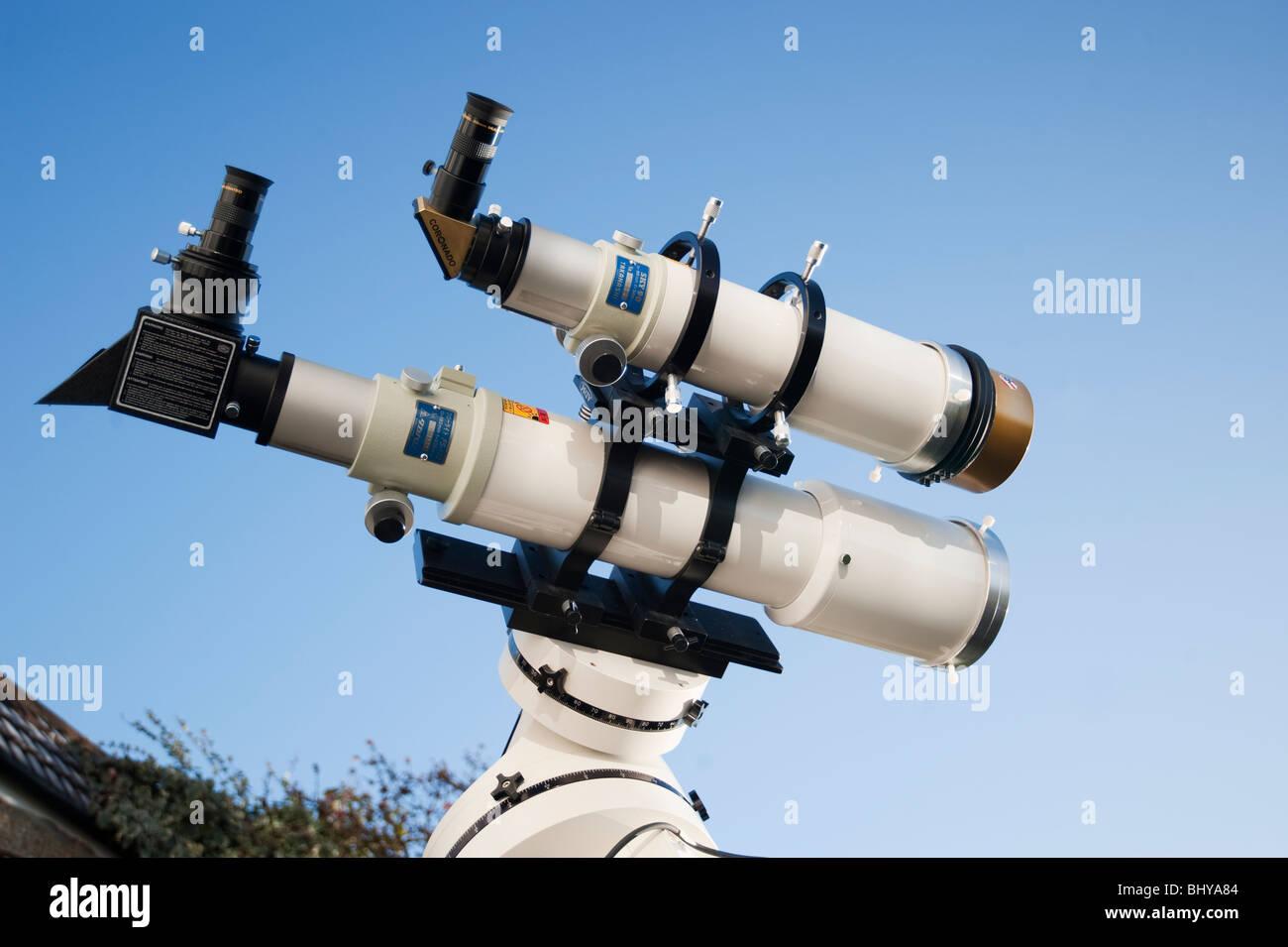 Astronomische refracting teleskope mit sonnenfilter an der sonne