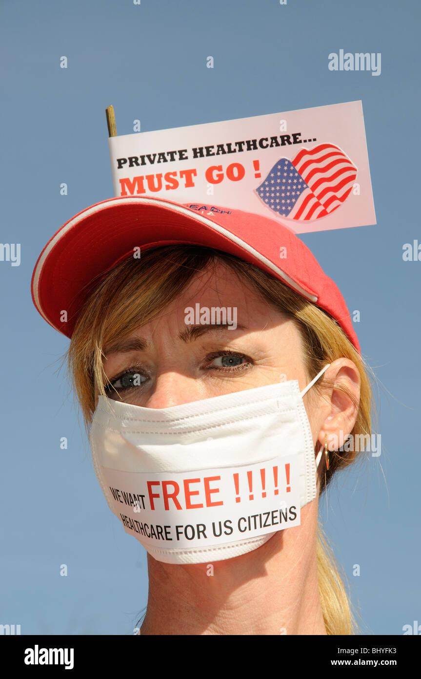 Private Gesundheitsvorsorge in den USA muss weibliche Demonstranten tragen eine medizinische Gesichtsmaske gehen. Stockbild