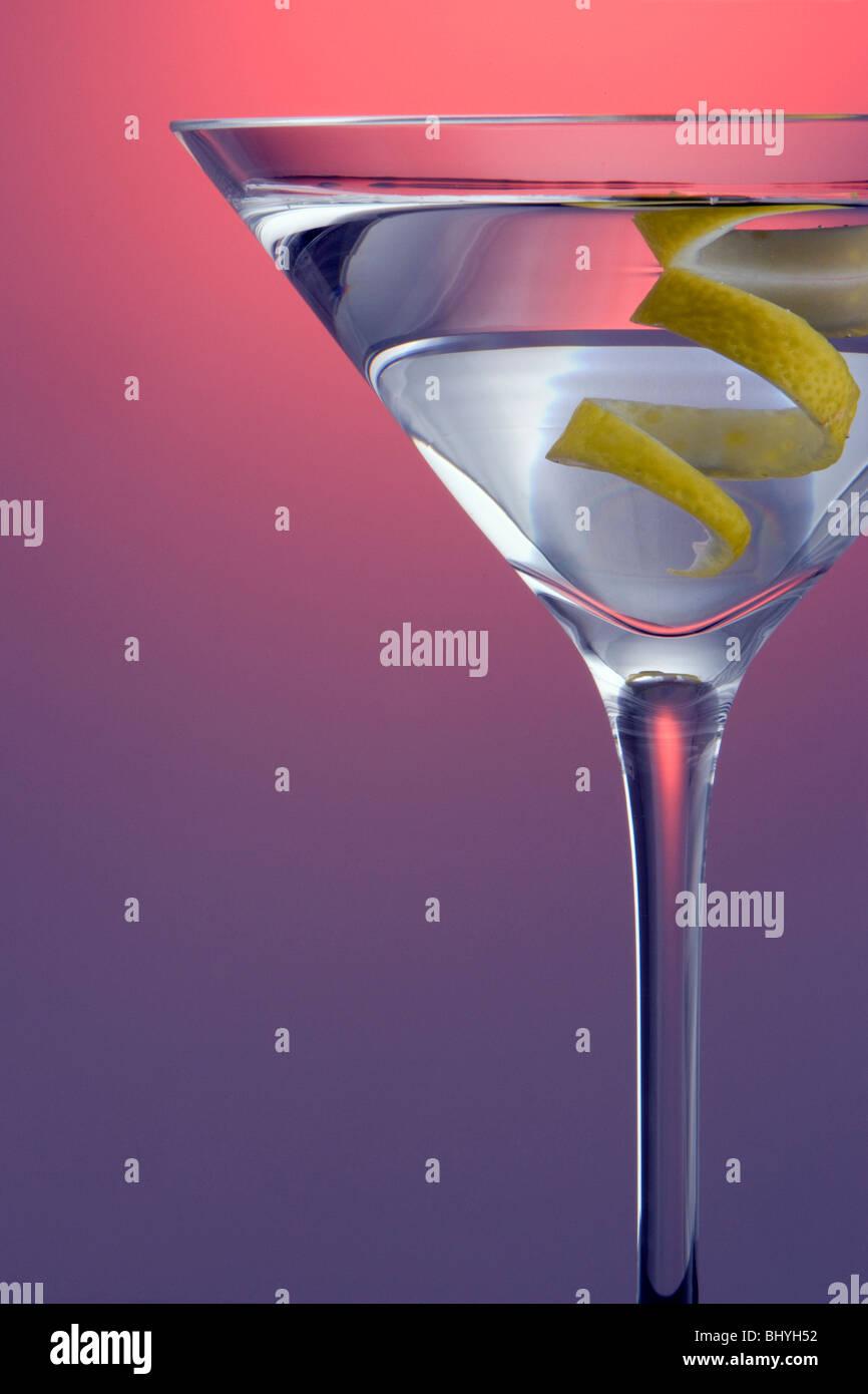 Martini mit Lemon Twist Garnieren auf Farbigen gerade nach oben Hintergrund markiert Stockbild