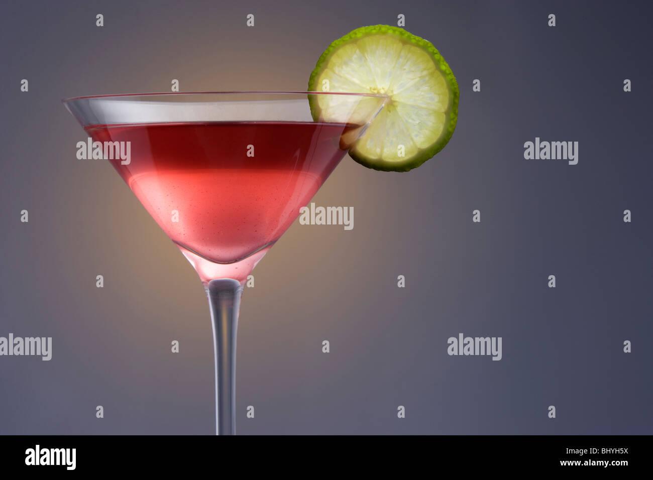 Kosmopolitische Mixgetränk in Martini-Glas auf einem einfarbigen Hintergrund Stockbild