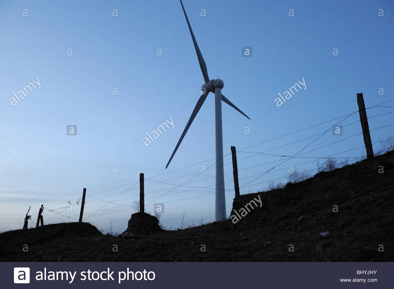 Bauernhof Windkraftanlage. Stockbild