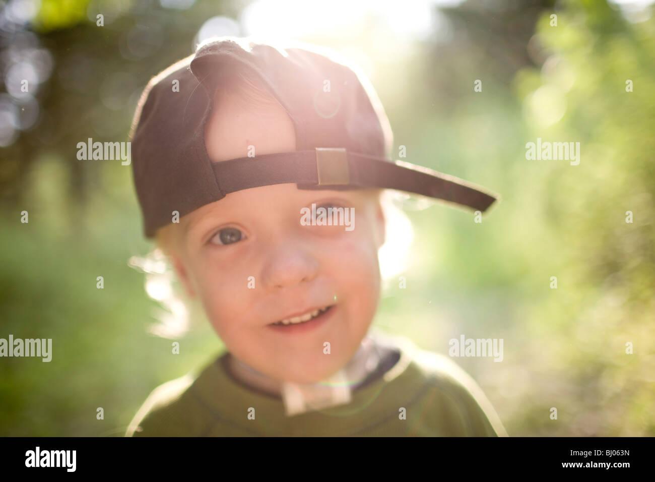 Porträt eines glücklichen jungen tragen eine Baseball-Cap. Stockfoto