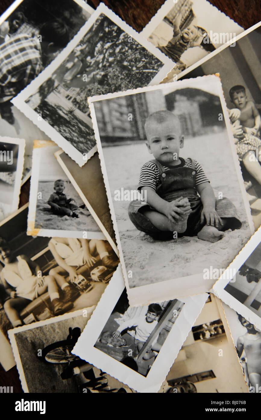 Kindheit: Stapel von alten Fotos Stockbild