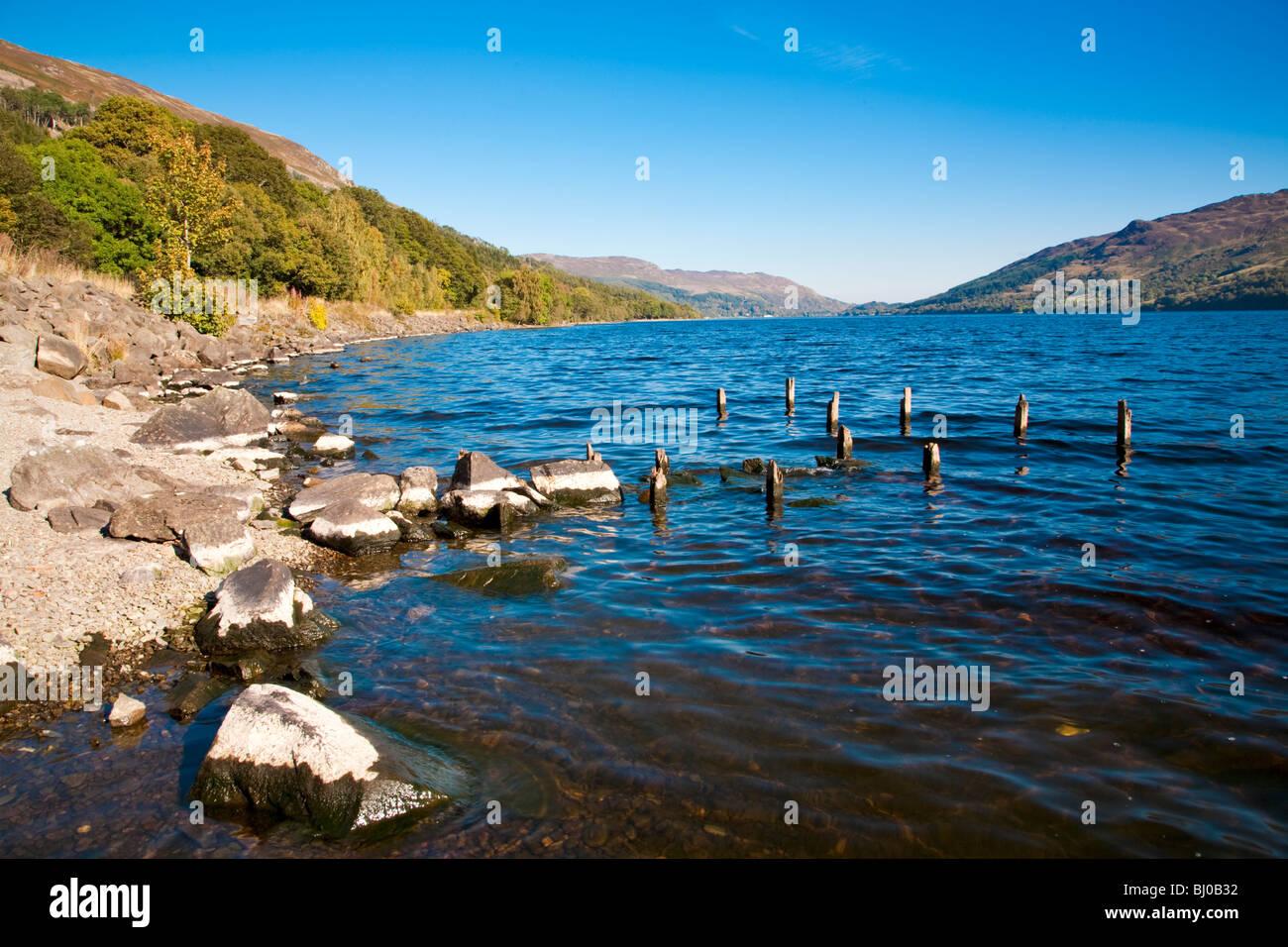 Blick auf die Ufer des Sees mit Felsen und Landschaft, Schottland Loch Earn Stockbild