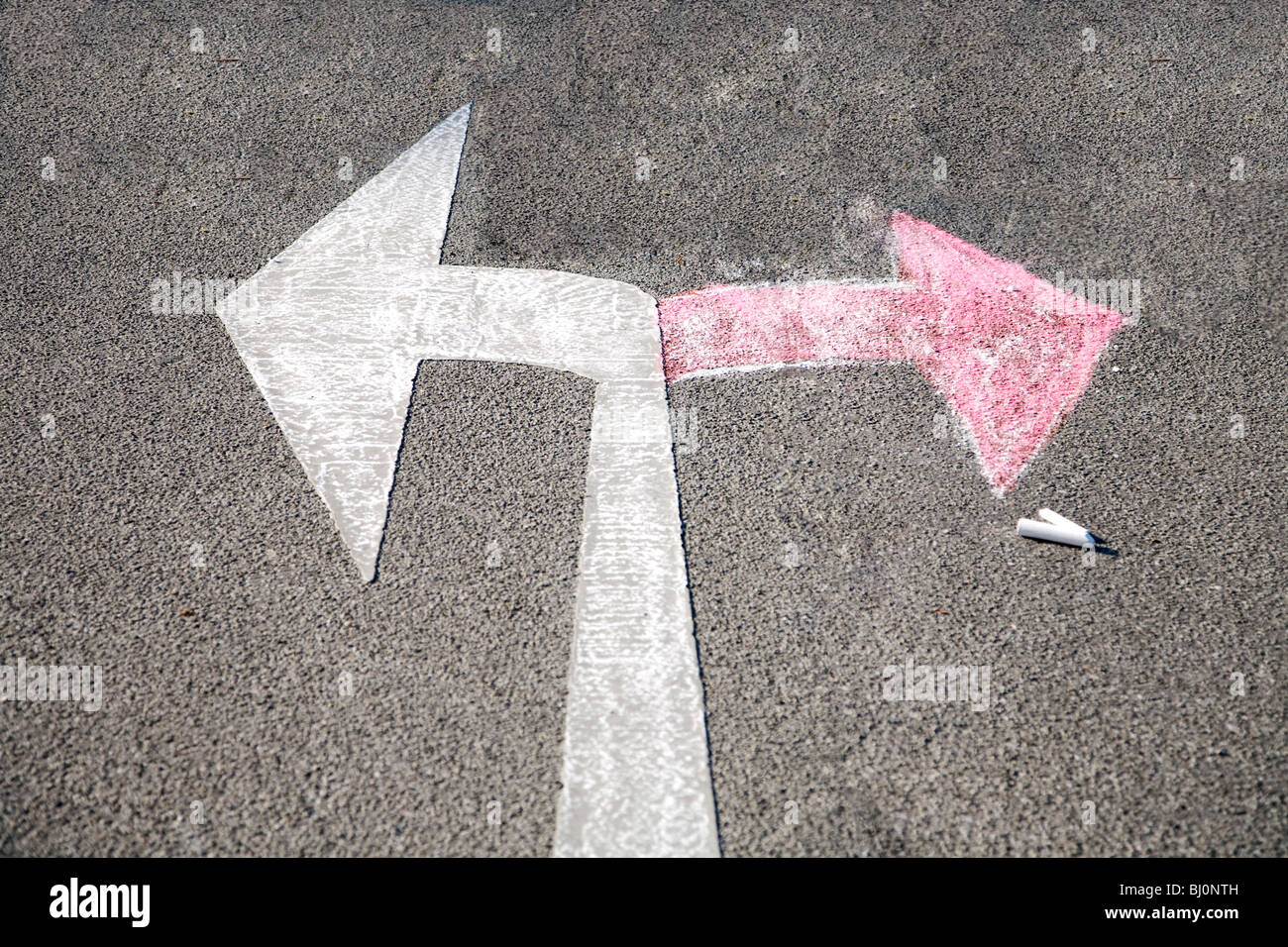 roter Pfeil gezeichnet auf Straße in Gegenrichtung von Verkehrszeichen Stockbild