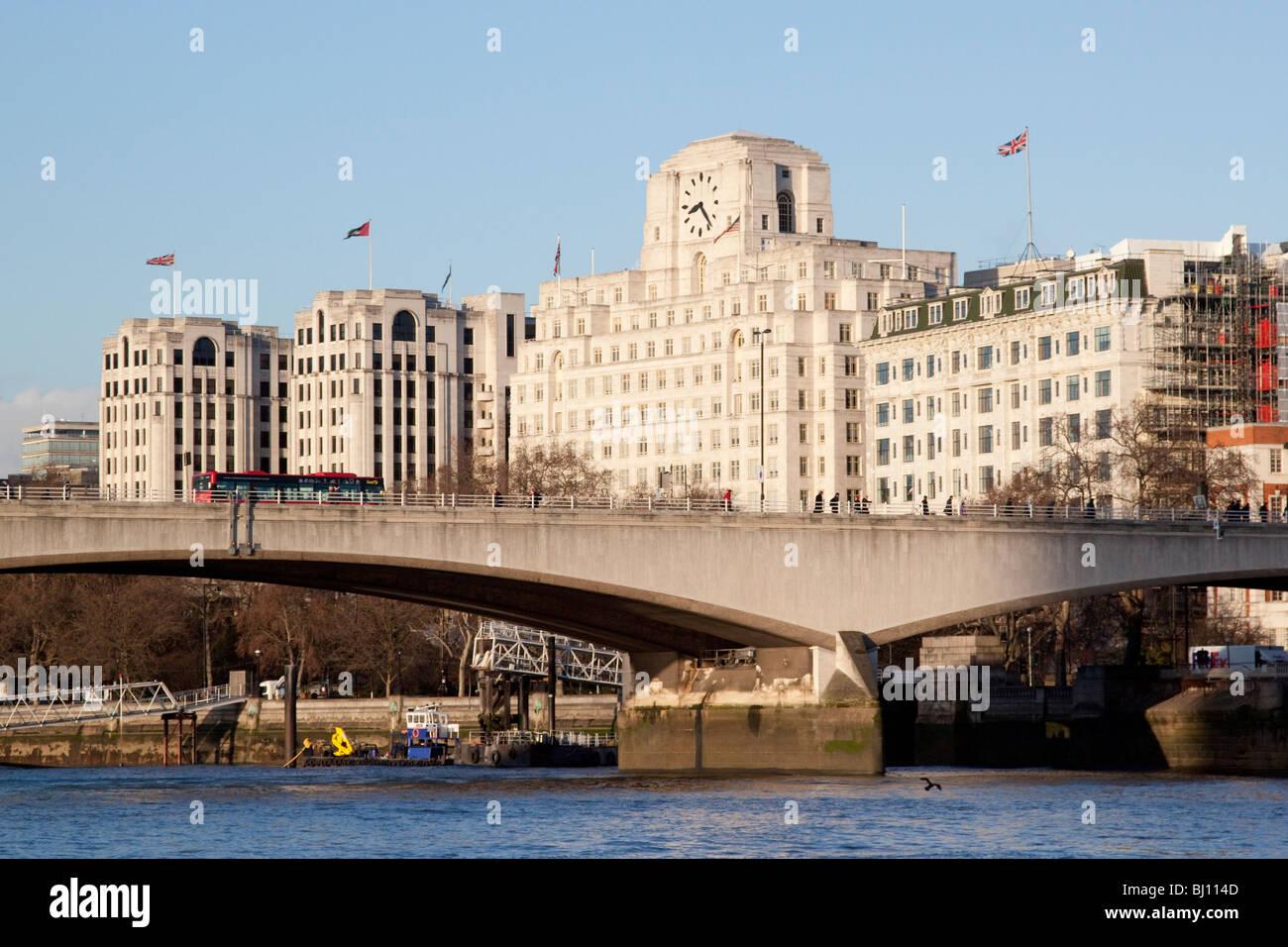 Waterloo Bridge und Shell Mex-Haus und das Savoy HotelStockfoto