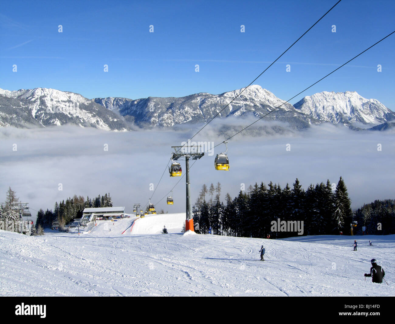 Skifahrer auf der Piste im Haus in Österreich mit der Gondelbahn Stockbild