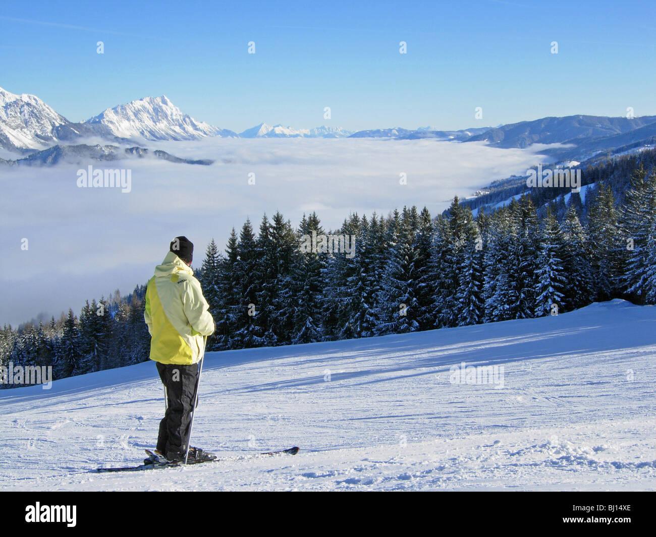 Skifahrer auf der Piste im Haus in Österreich Stockbild