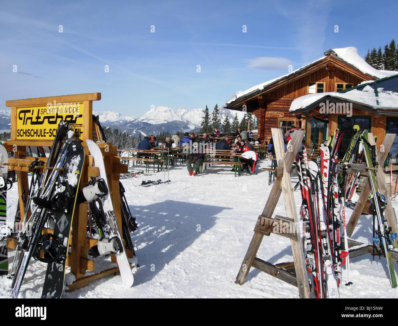 Skifahrer auf der Piste im Haus in Österreich vor dem restaurant Stockbild