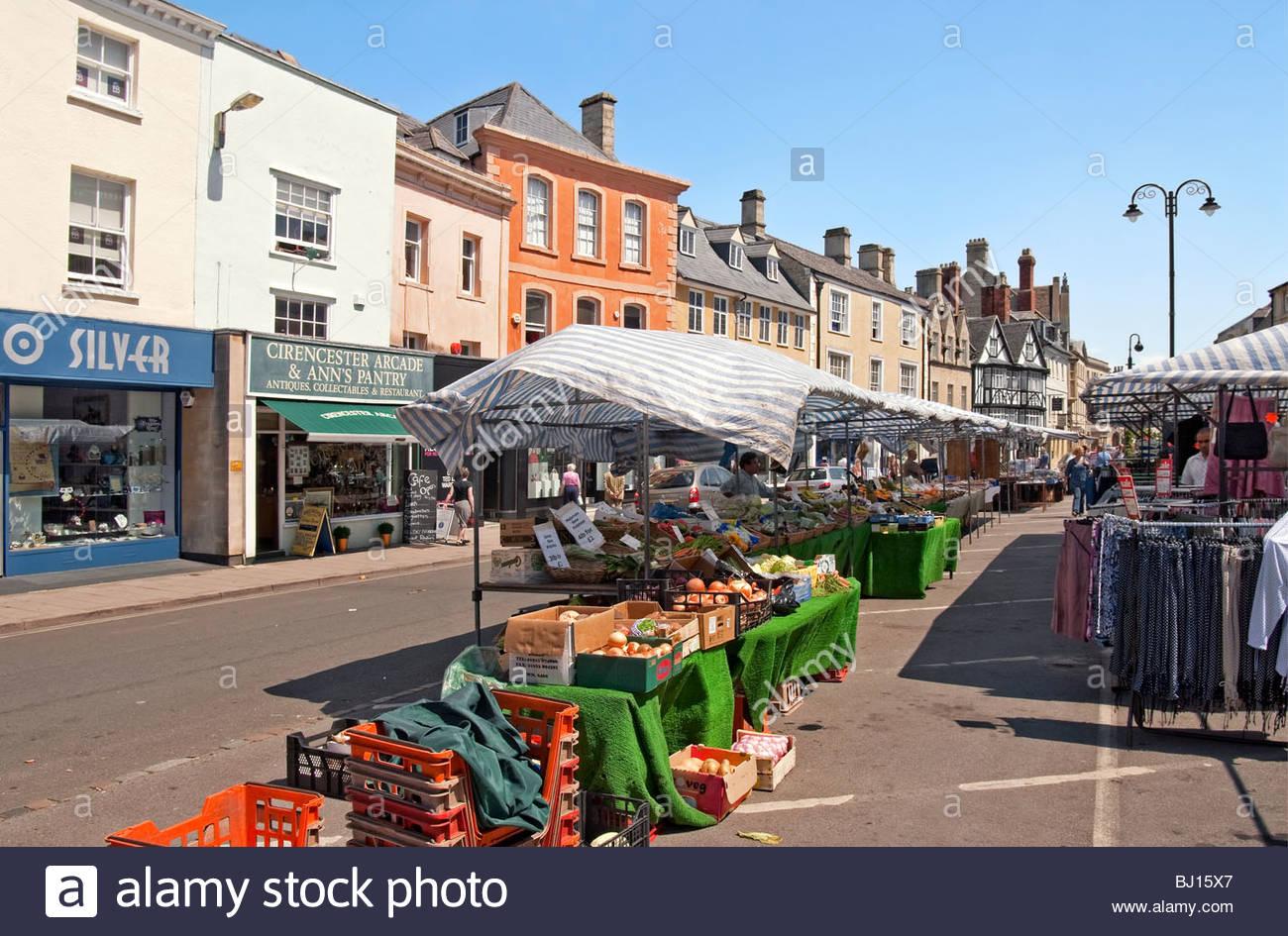 Bild des Marktes im Stadt Zentrum von Cirencester, East Gloucestershire, England. Stockbild
