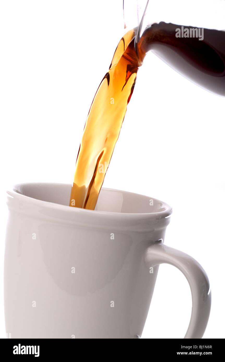 schräge vertikal nah Kaffee in eine Kaffeetasse gegossen Stockfoto