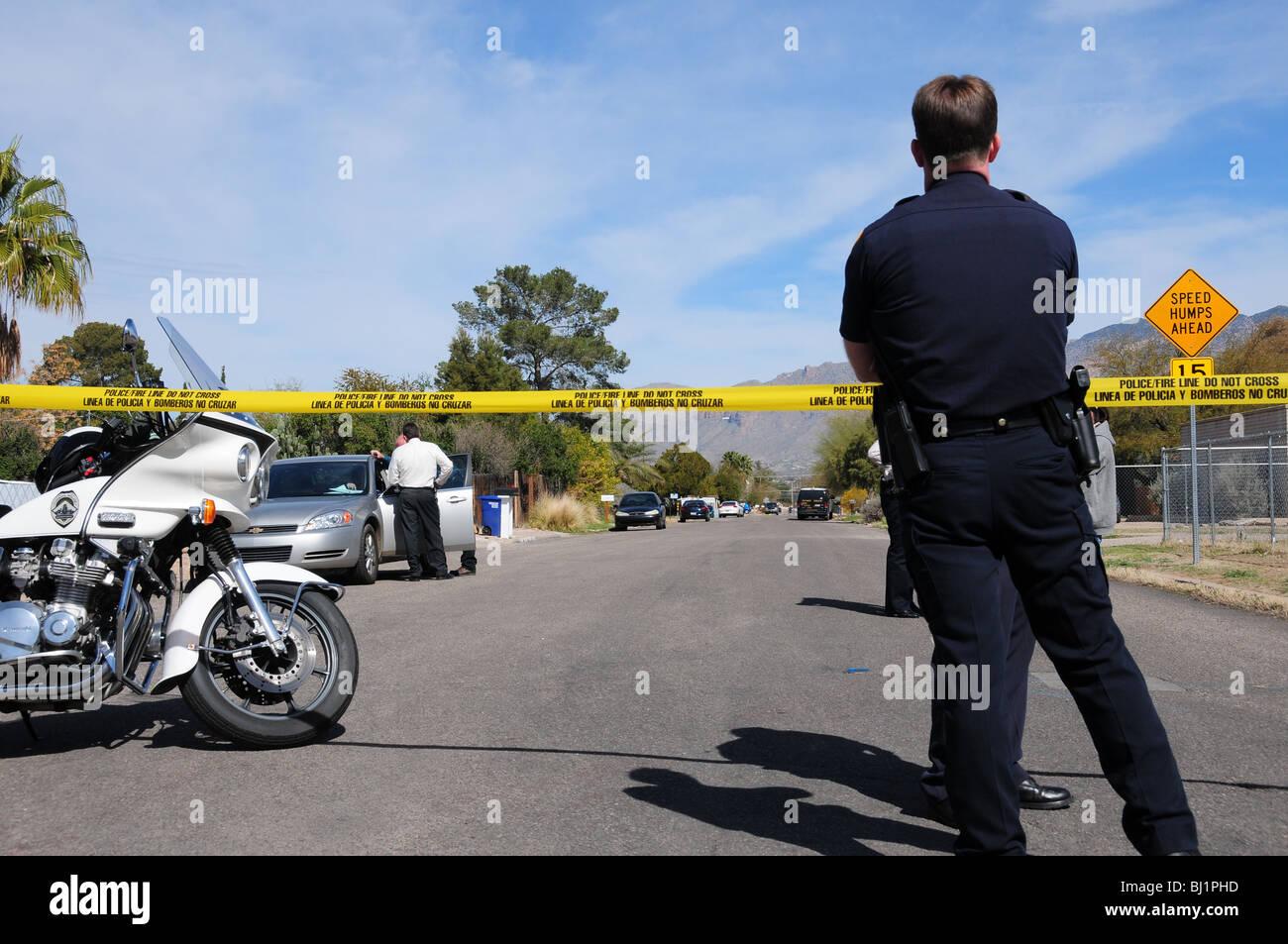 Tucson-Polizei untersucht einen Mord und schießen eines anderen Mannes geglaubt, um die Bande in Tucson, Arizona, Stockbild