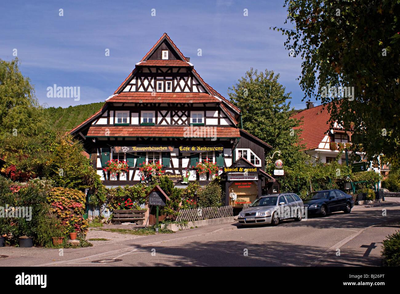 Traditionellen Rahmen Häuser im Frühjahr mit vielen Blumen im ...