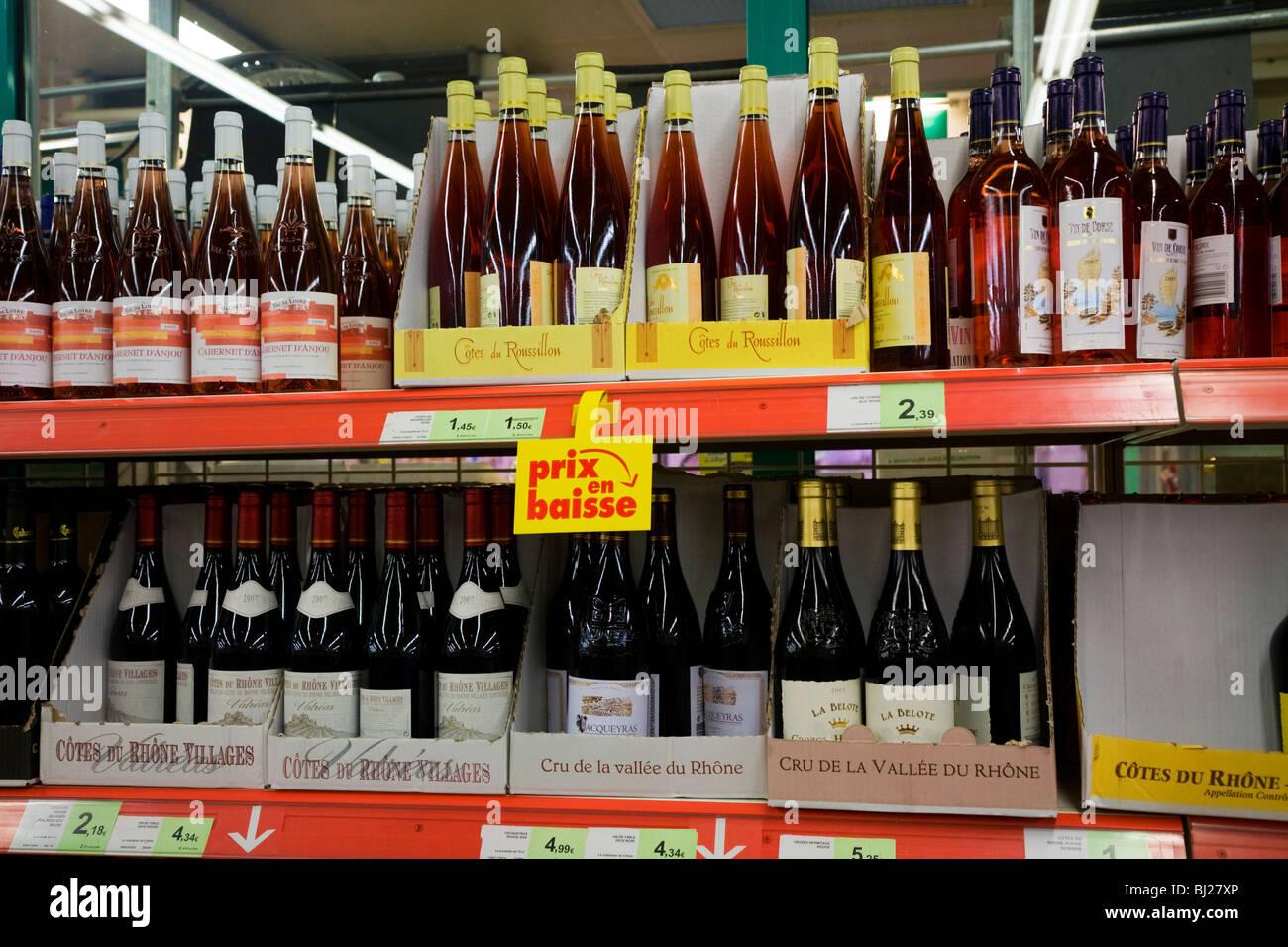Ein Regal-Display von Alkohol / alkoholischen Wein / Weine und ...