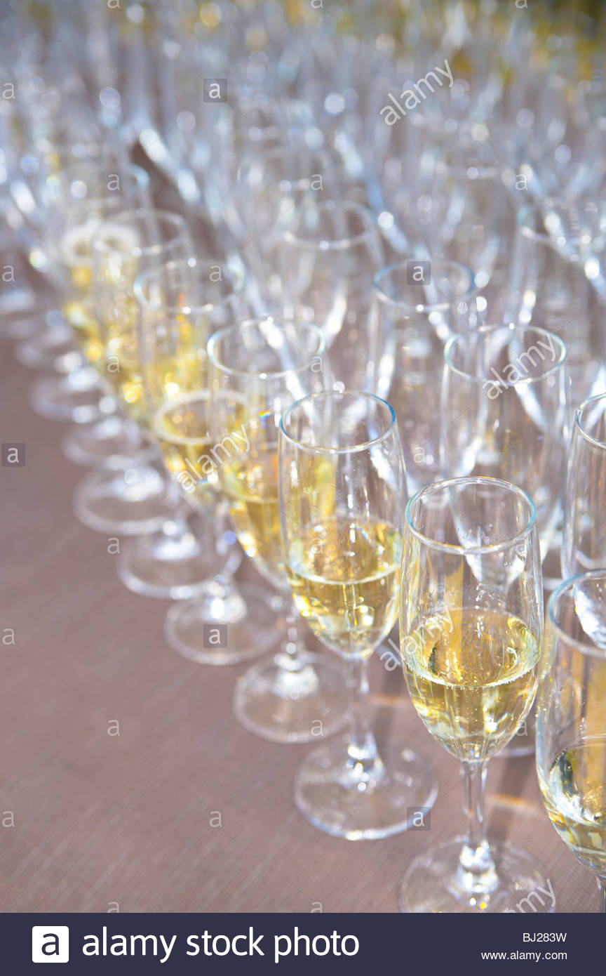 Reihen von Champagner-Gläser Stockbild