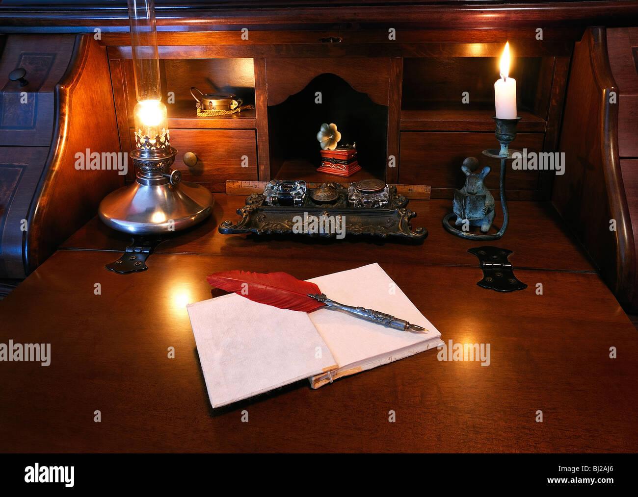 antiker schreibtisch mit roter feder feder feder und. Black Bedroom Furniture Sets. Home Design Ideas