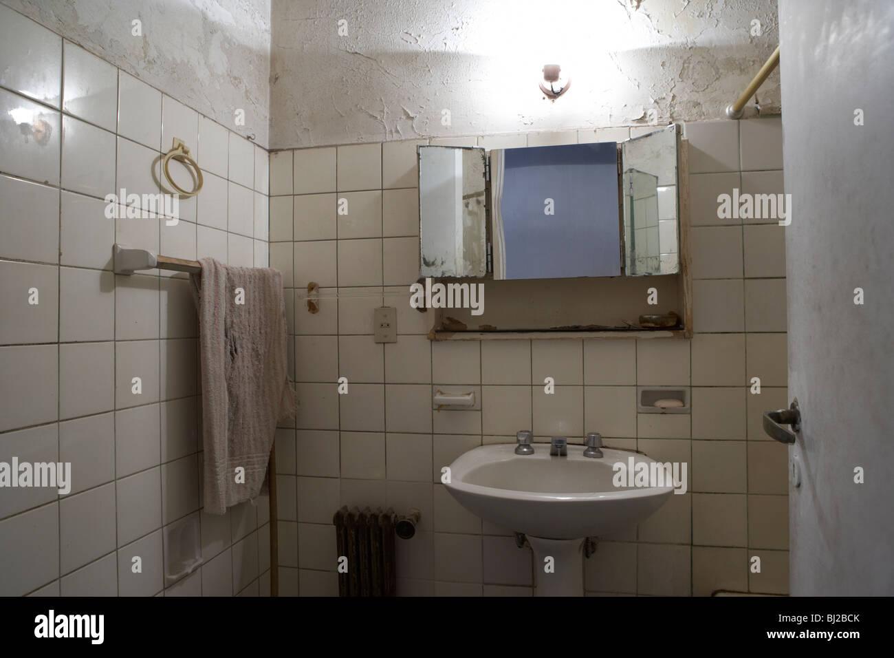 kleine schmale heruntergekommen, Badezimmer Stockfoto, Bild ...