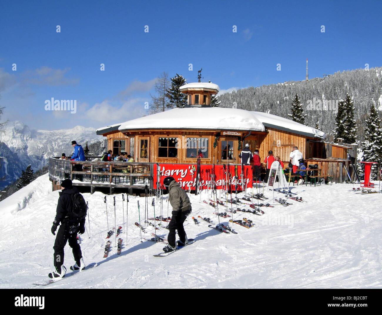 Skifahrer auf der Piste im Haus in Österreich in Richtung Schladming und die Planai Stockbild