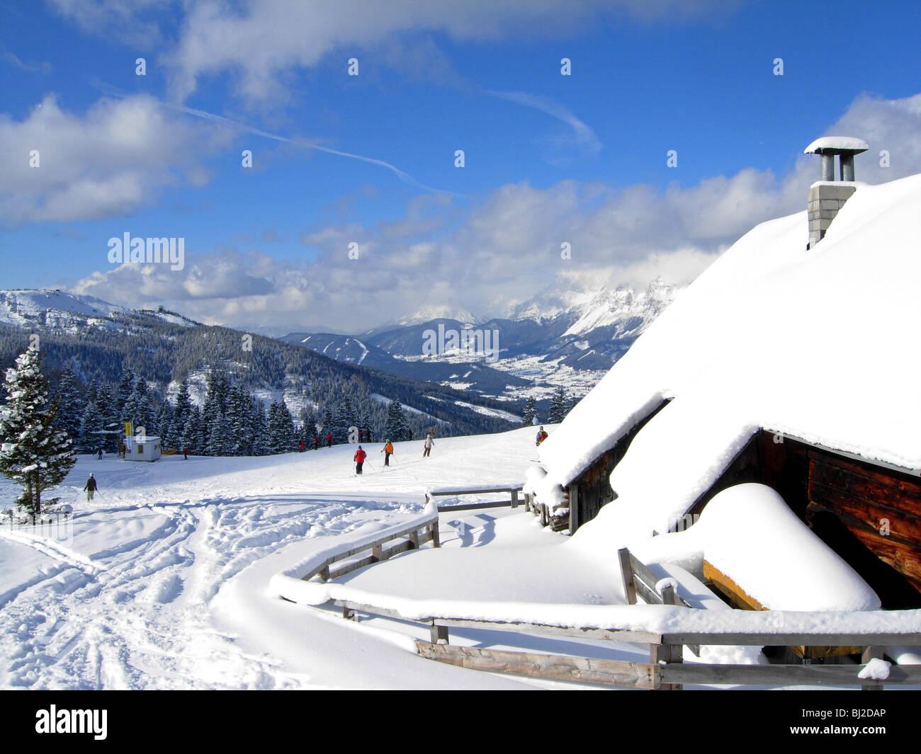Skifahrer auf der Piste im Haus in Österreich in Richtung Schladming und die Planai Stockfoto