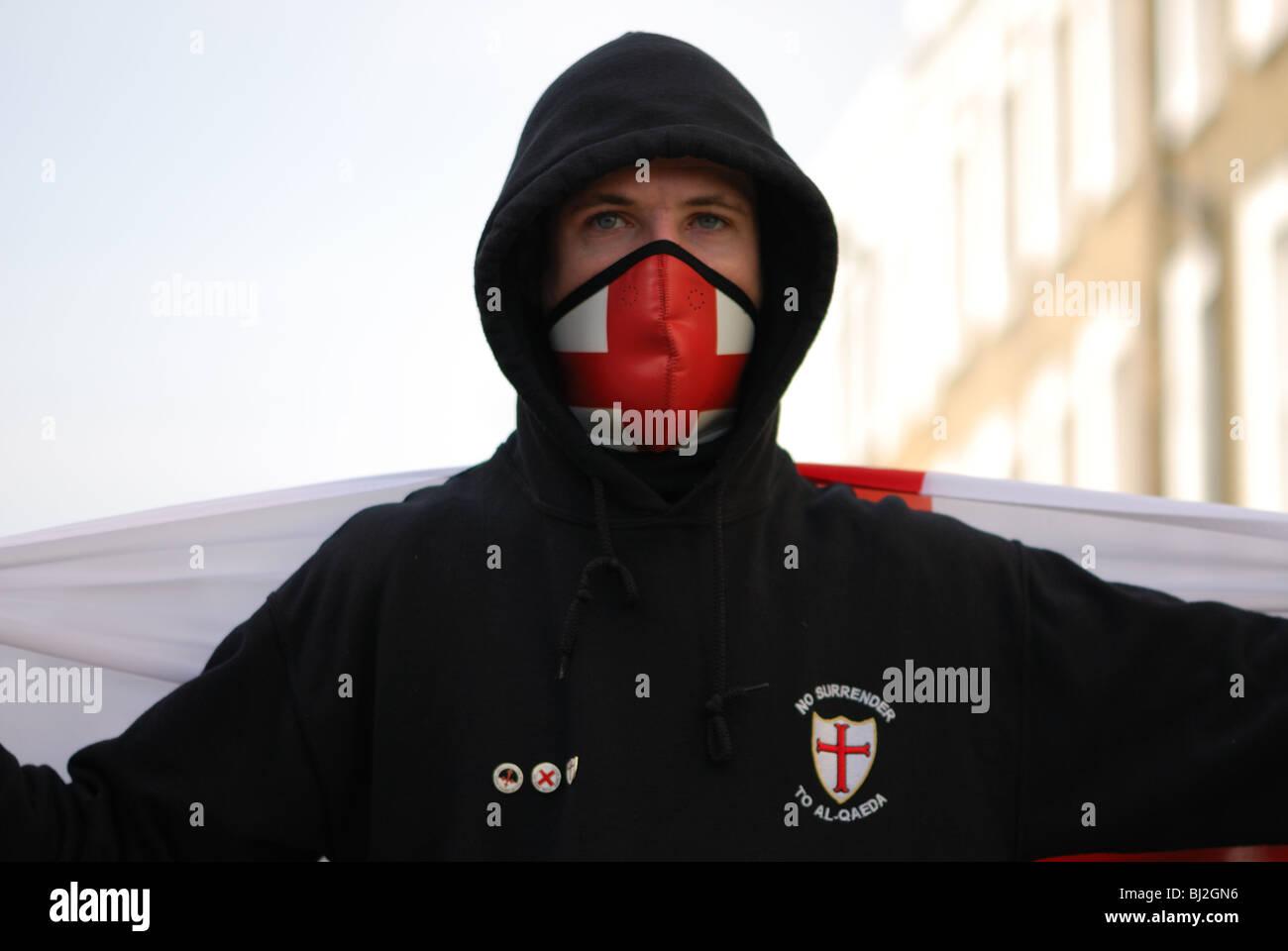 Ein Demonstrant blickt auf in eine English Defence League Kundgebung zur Unterstützung der Geert Wilders Besuch Stockbild