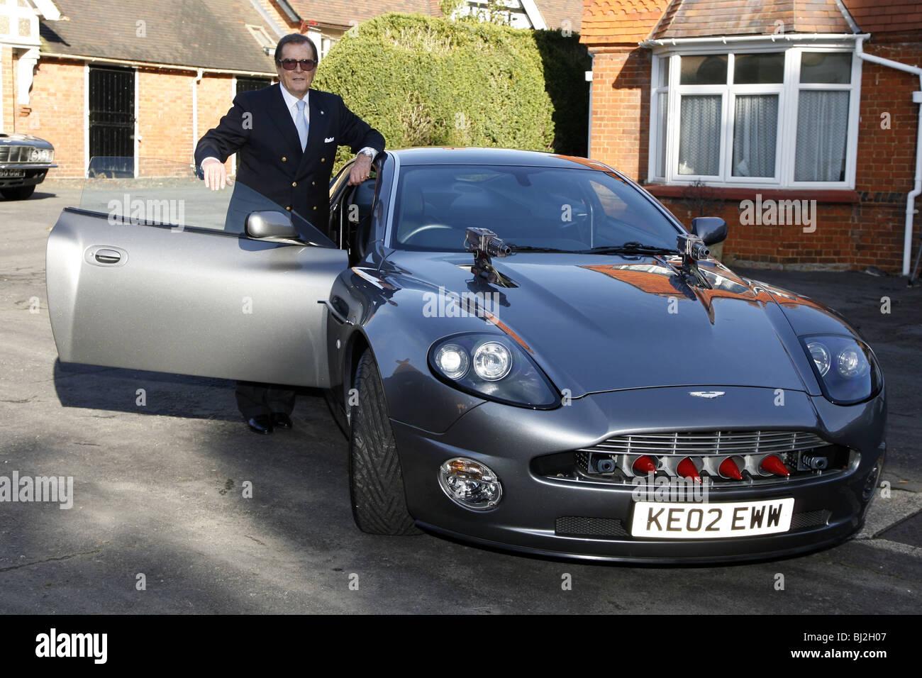 Sir Roger Moore Mit Der Aston Martin Vanquish Aus Dem James Bond Film Sterben Ein Weiterer Tag James Bond Blu Ray Dvd Start Bletchley Stockfotografie Alamy
