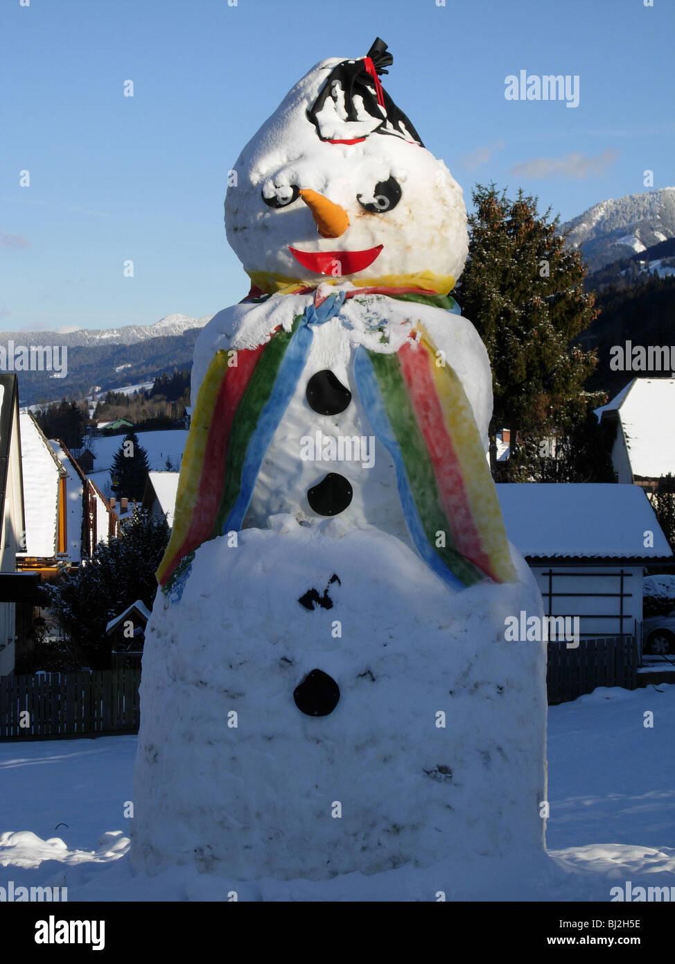 Riesiger Schneemann in der österreichischen Stadt von Haus Im Ennstal, Steirmark. Stockbild