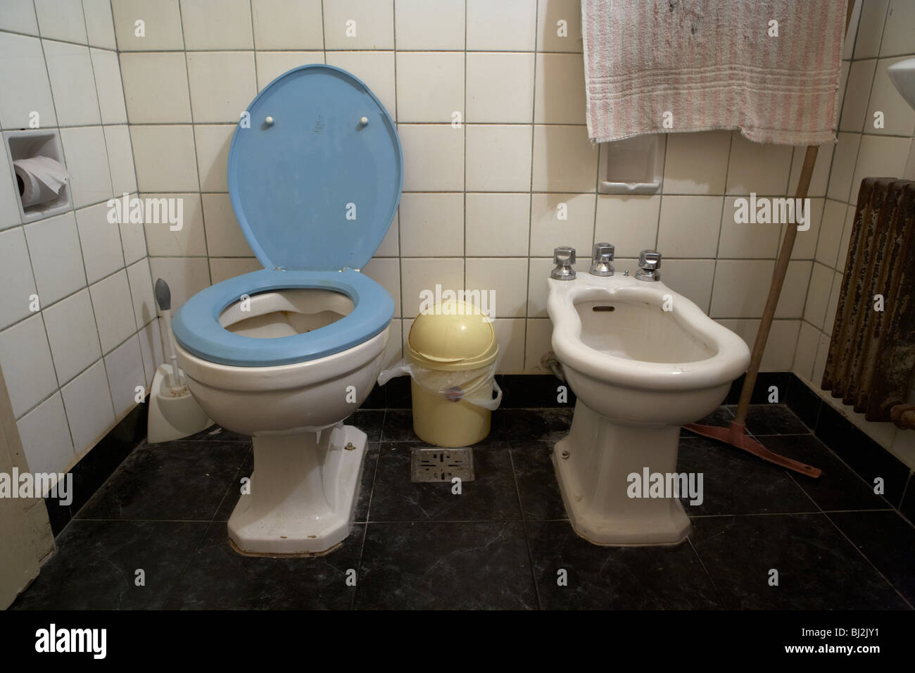 old toilet seat stockfotos old toilet seat bilder alamy. Black Bedroom Furniture Sets. Home Design Ideas