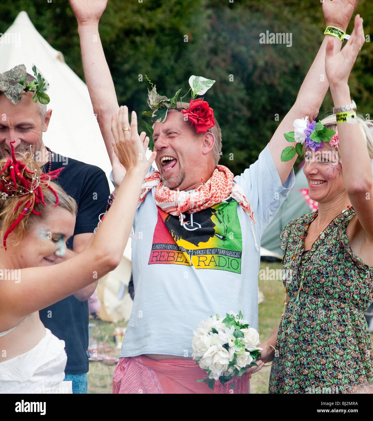 Menschen feiern auf dem Höhepunkt einer alternative Hochzeit am Festinho, Sommer 2009 Stockbild