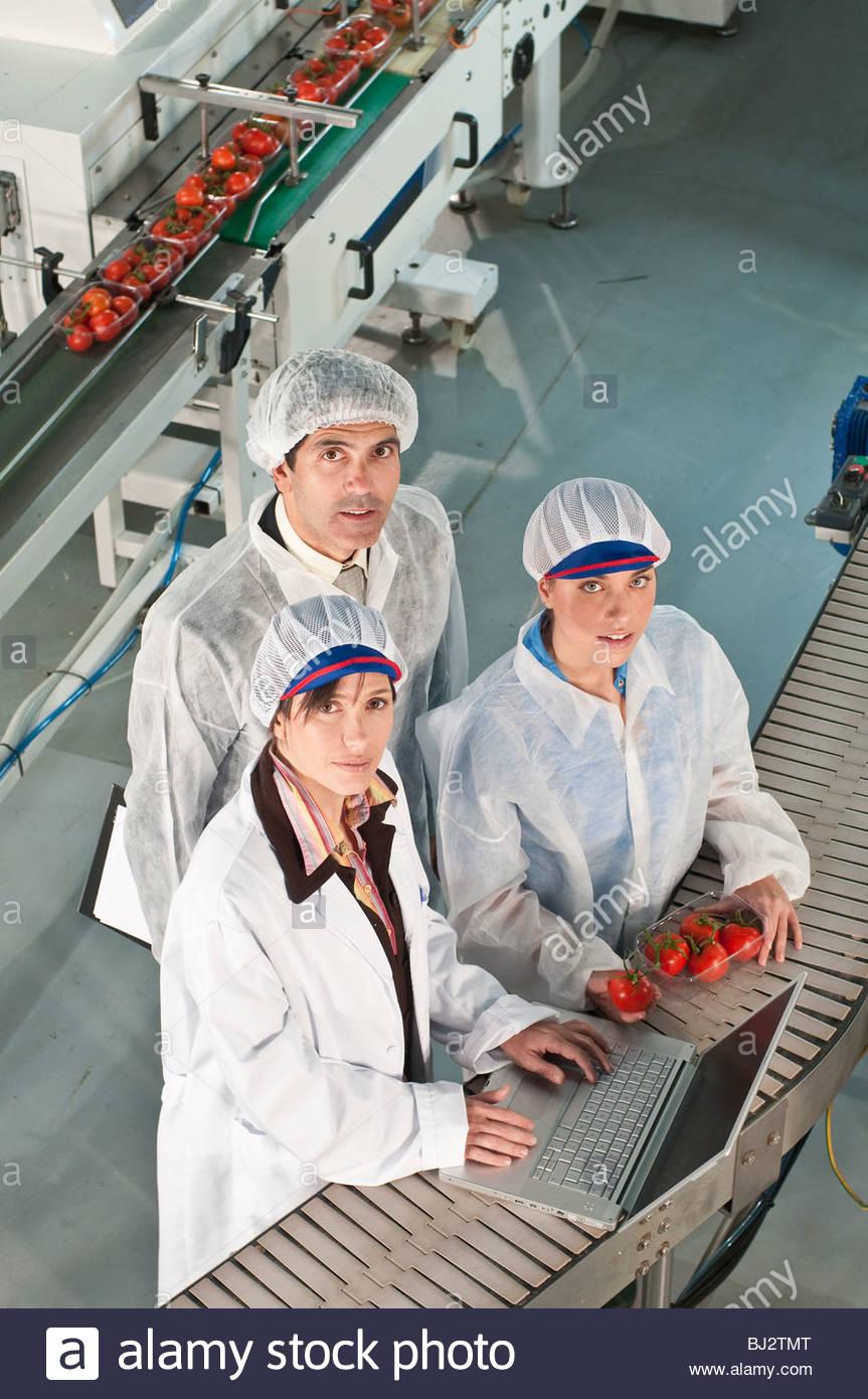 Arbeitnehmer in Lebensmittel-Produktionsanlage Stockbild