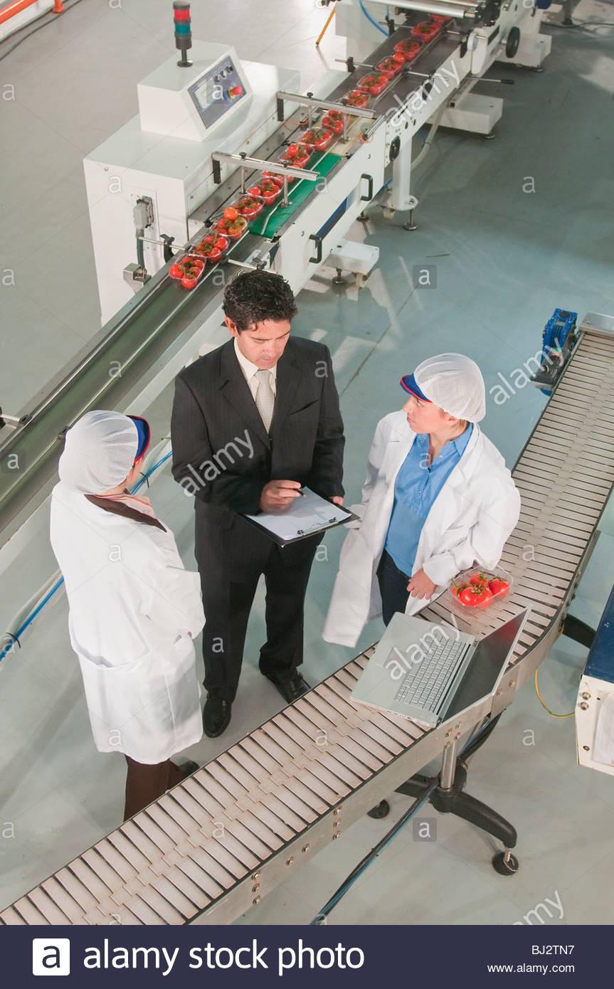 Arbeitnehmer in Lebensmittel verarbeitenden Anlage Stockbild