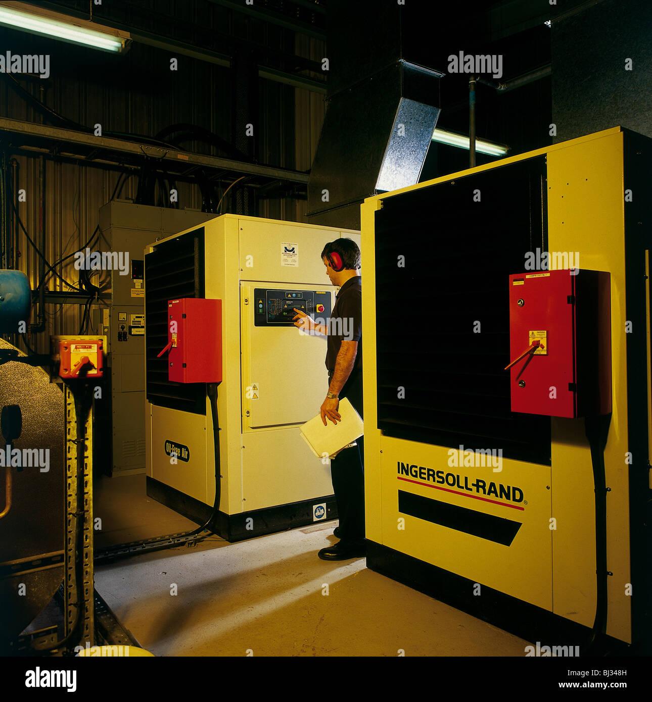 Heizungsbauer an Industrieanlagen Zimmer Kessel arbeiten Stockfoto ...
