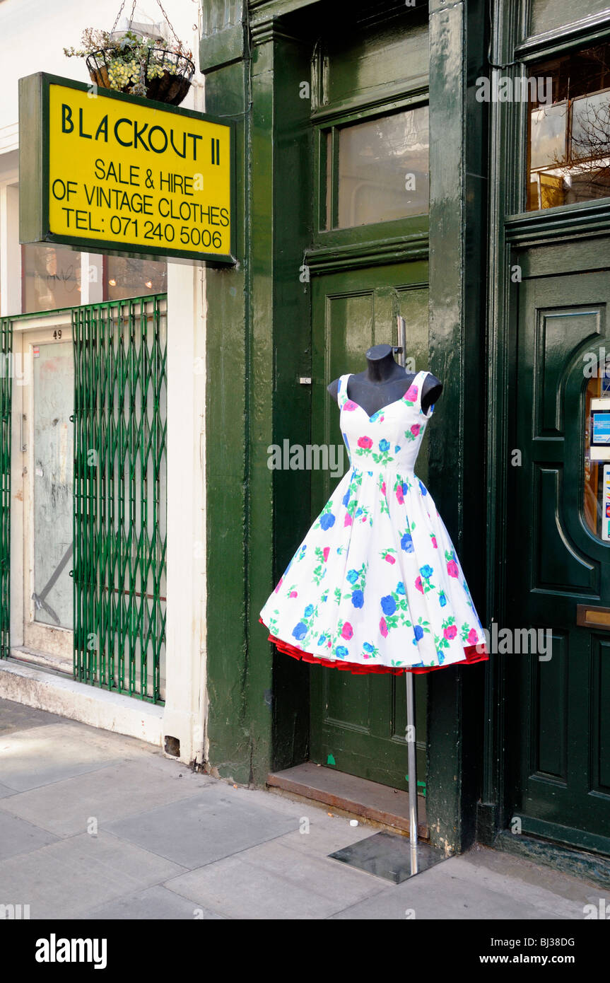 Jahrgang 1950 Kleid am Stand in der Straße vor Blackout II Vintage ...