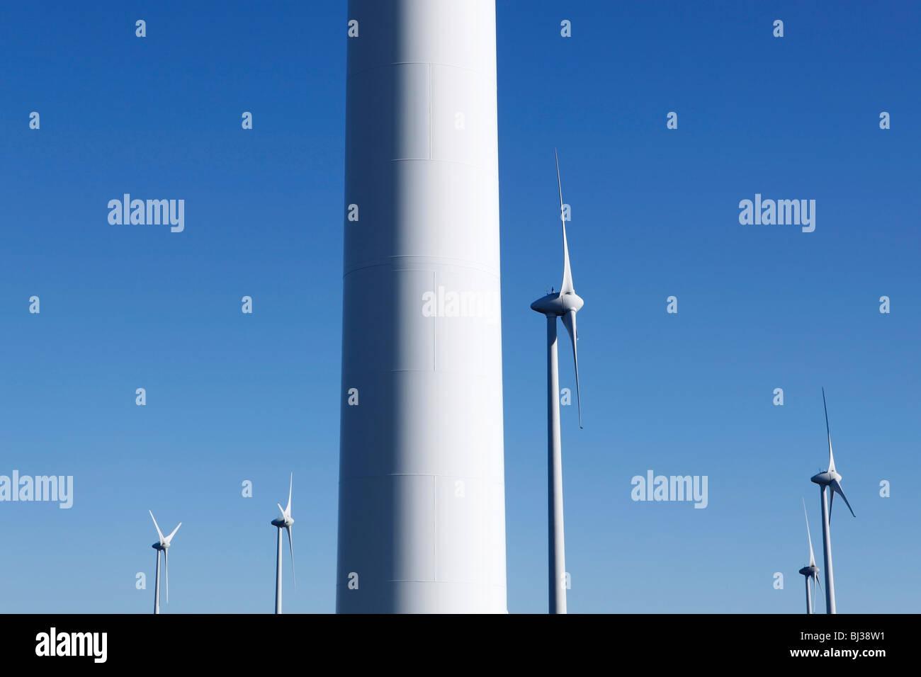 Eine Windkraftanlage vor einem strahlend blauen Himmel. Ideal für Energie und Umwelt-Themen. Stockbild