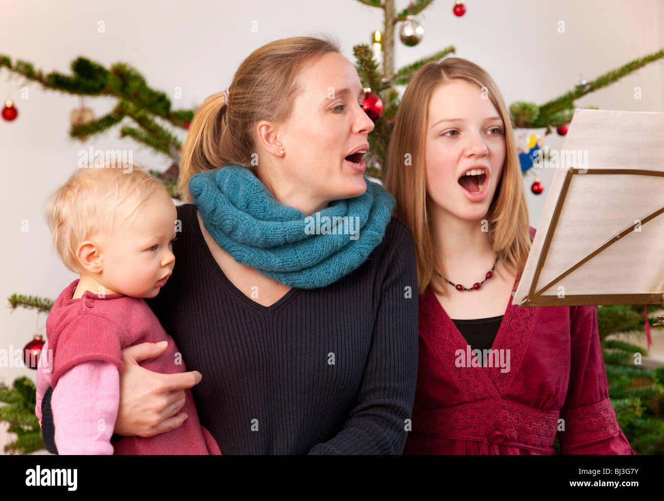 Weihnachtslieder Zum Singen.Mutter Tochter Baby Singen Weihnachtslieder Stockfoto Bild