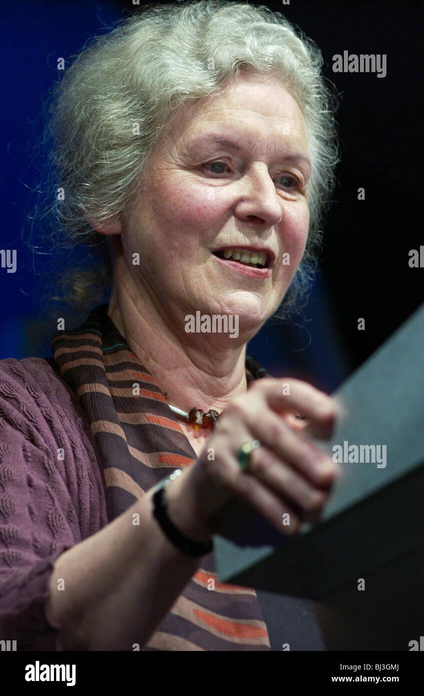 Dame Gillian Bier DBE, britischer Literaturkritiker abgebildet bei Hay Festival 2002 Stockbild