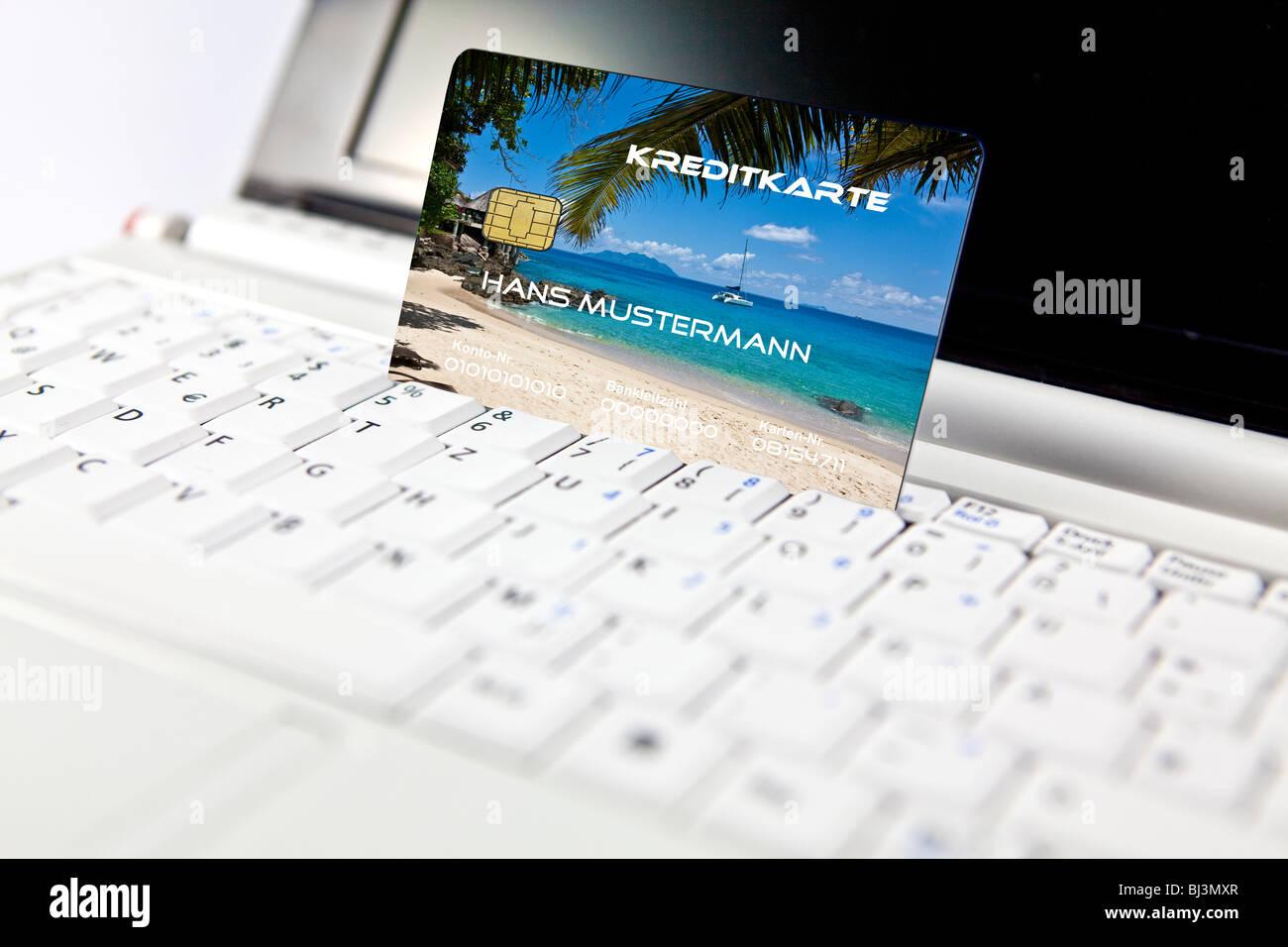 Kreditkarte auf einem PC, Notebook, symbolisches Bild für Online-Buchung Urlaub Stockbild