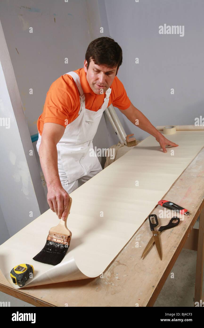 Raumausstatter bei der arbeit  Raumausstatter in Arbeit tapezieren Stockfoto, Bild: 28371815 - Alamy