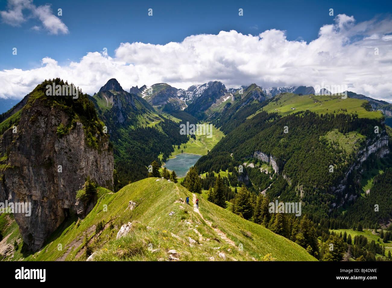 Blick vom Mt. Hoher Kasten mit dem Saemtisersee-See und den Bergen Alpsteingebirge, Bruelisau, Kanton Appenzell Stockbild