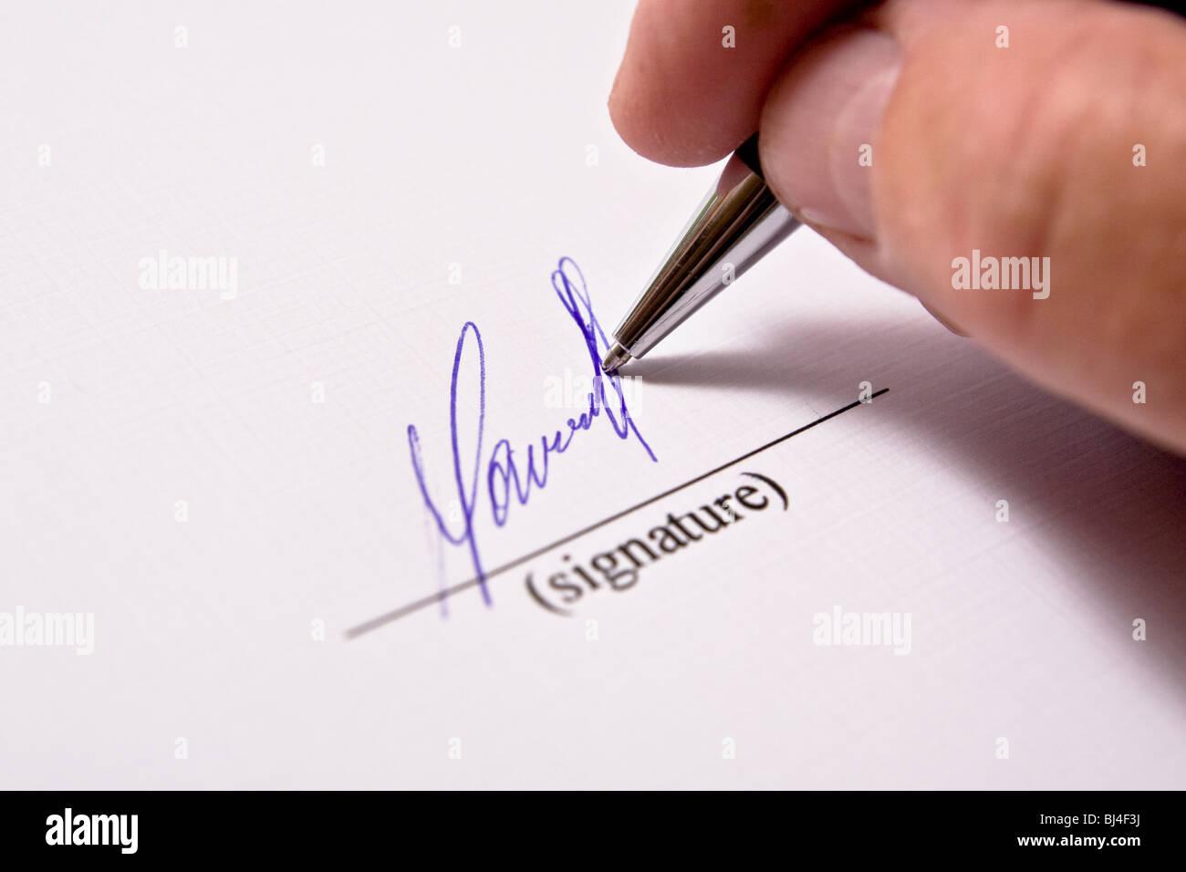 Mann Unterzeichnung Papiere. Die Signatur. Stockbild
