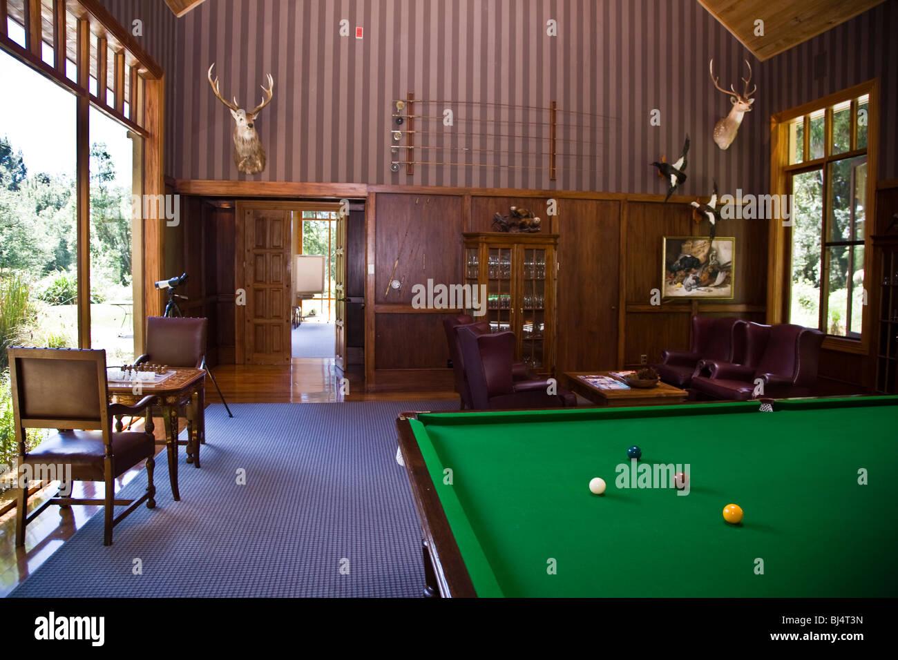 Der Billard-Raum in der Main Lodge in der Wildnis Luxusresort Baumkronen in der Nähe von Rotorua Neuseeland Stockbild