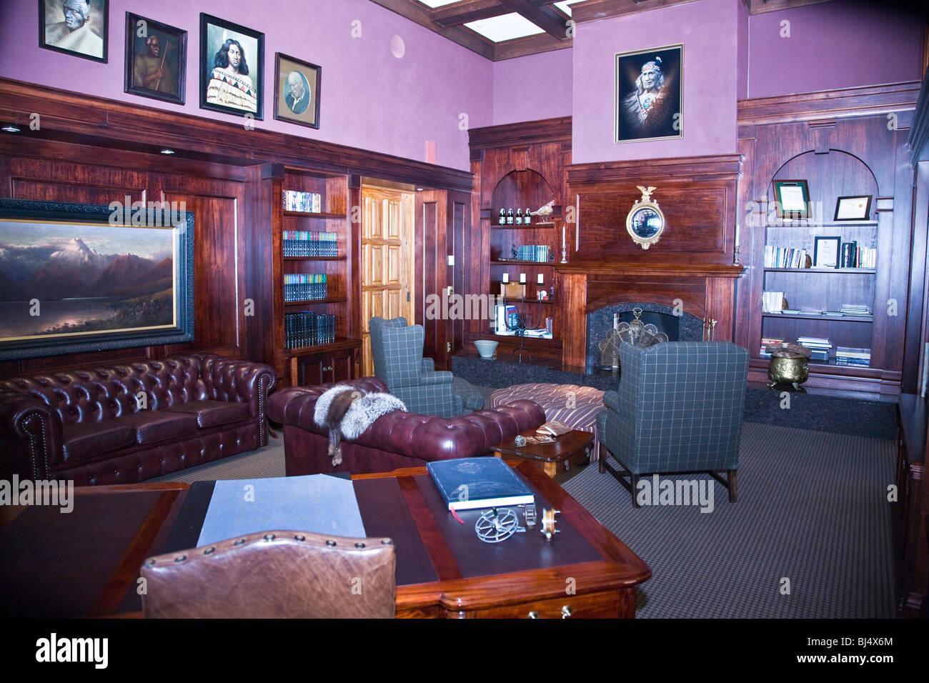 Die Bibliothek in der Main Lodge in der Wildnis Luxusresort Baumkronen in der Nähe von Rotorua Neuseeland Stockbild