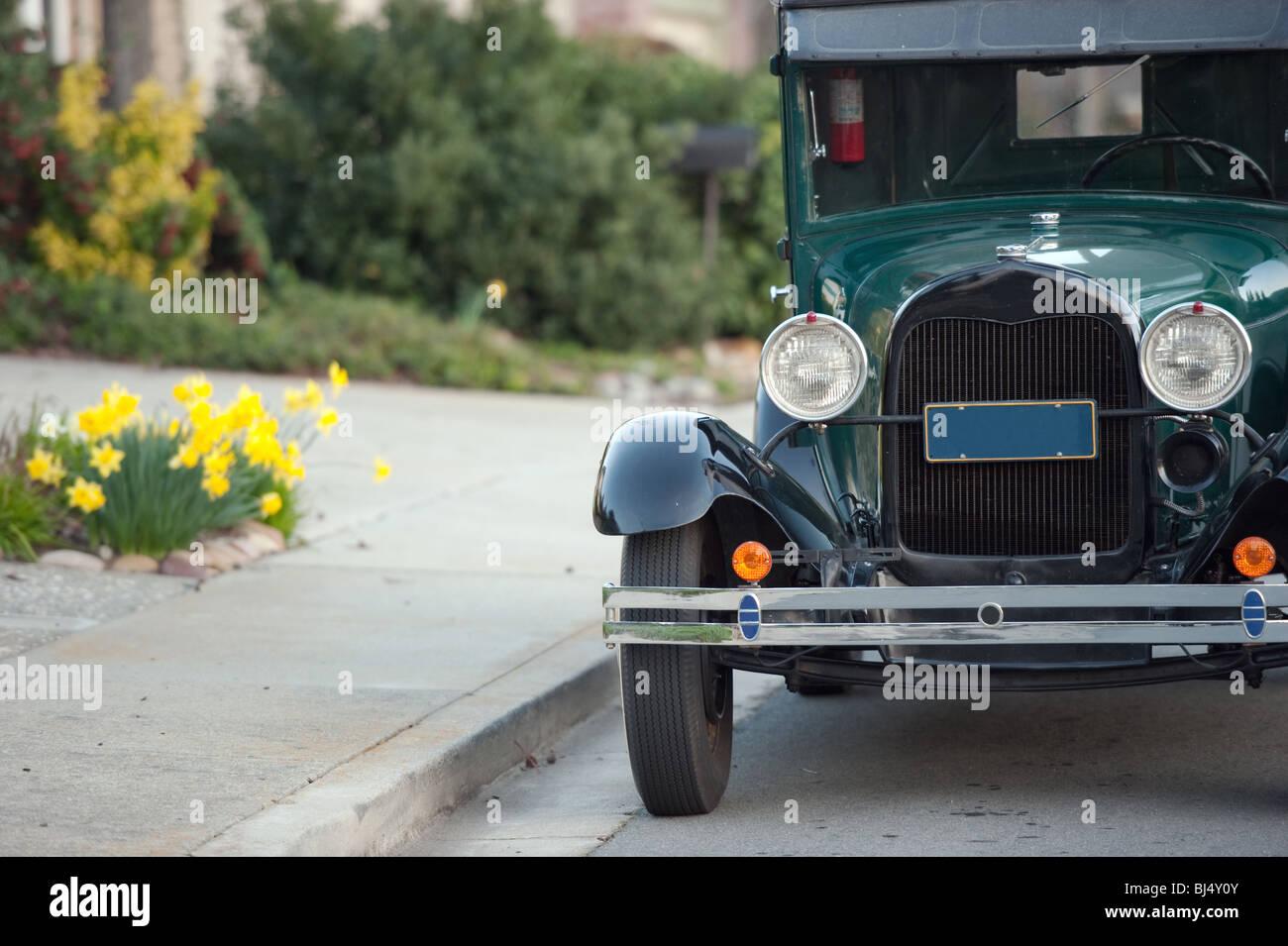 Auto aus der Vergangenheit durch den Straßenrand geparkt Stockbild