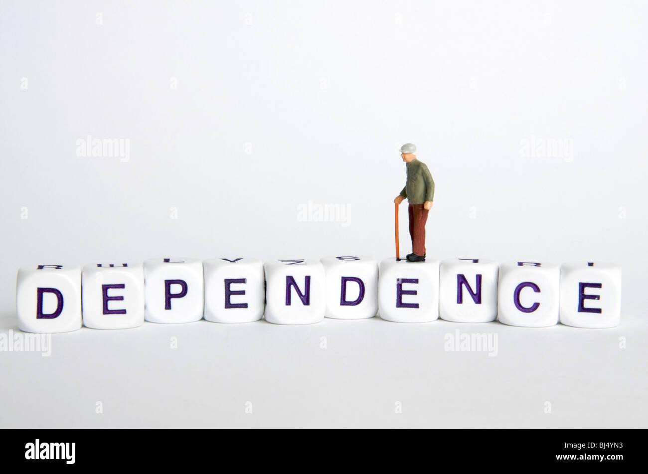 """Ältere Abhängigkeit / Unabhängigkeit Konzept - Greis Figur stehend auf dem Wort """"Sucht"""". Stockbild"""